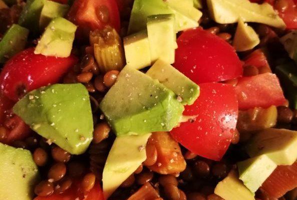 Insalata di lenticchie con avocado e pomodoro