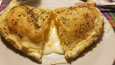calzone di sfoglia con cuore di formaggio