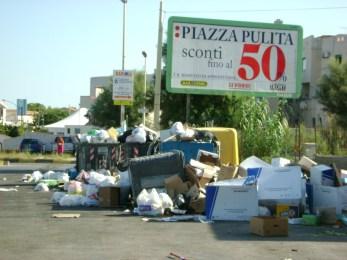 """Emergenza rifiuti, Musumeci: """"Li porteremo all'estero"""". E ora polemizzano tutti..."""