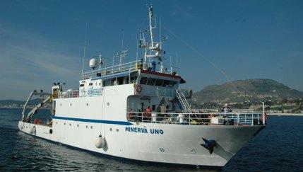 """Nel mare della Calabria il mistero di """"Minerva uno"""", la nave che fa scappare i pesci!"""