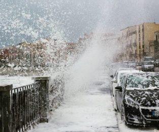 A Ortigia le onde del mare coprono di schiuma strade e auto parcheggiate: i video