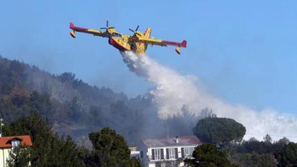 Chi ha interesse a incendiare la Sicilia? Il dopo-fuoco e il grande business di elicotteri e Canadair