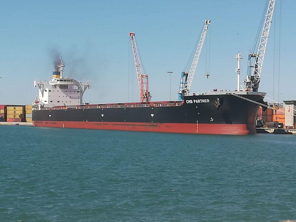 Cinque navi cariche di grano (in parte canadese) in arrivo nel porto di Bari: buon appetito Italia!