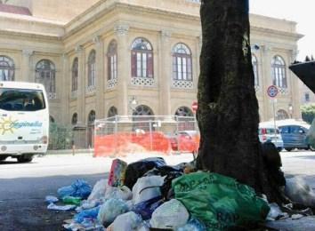 Cumuli di rifiuti a due passi dal Teatro Massimo: grillini all'attacco del sindaco di Palermo
