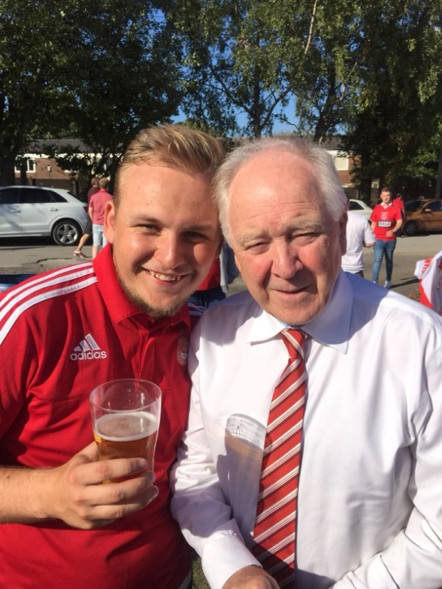 @AllanDavidson7 - Also Dave Cormack , Craig Brown & others from the club in the cricket club pre match having a beers and chatting to fans feels like a club I want to be proud of #COYR