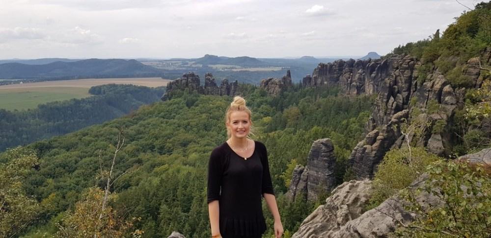 Unsere HR_Chefin Franziska Haessler vor der Kulisse der Saesischen Schweiz