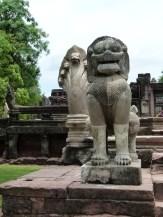 Esculturas de la entrada de Phimai donde se aprecia la piedra original y la actual