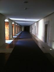 Uno de los corredores que da acceso a las habitaciones