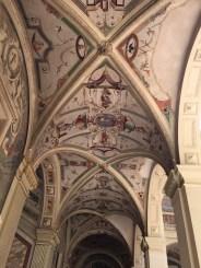 Deocración de grustescos y candelieri en las bóvedas de los corredores del patio del Palacio del Viso del Marqués.