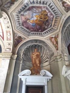Vista actual de una de las decoraciones de los frescos en las esquinas del patio.
