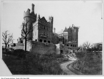 Fotografía de la construcción de Casa Loma hacia 1911.