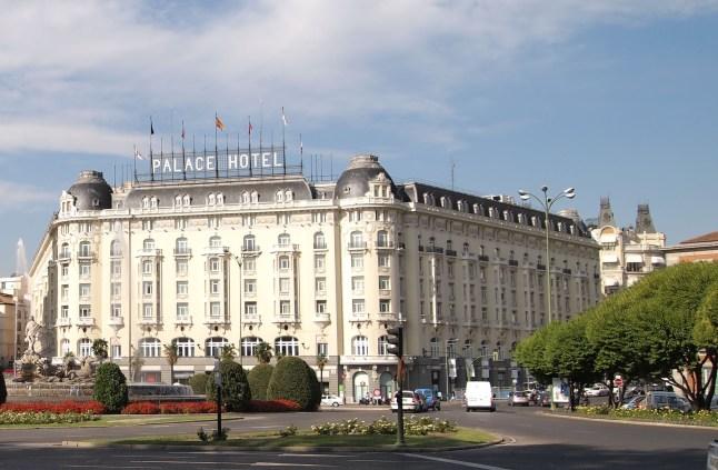 Vista actual del inicio de la carrera de San Jerónimo con el Hotel Palace en el lugar donde estaba el Palacio de los Duques de Medinaceli. Wikimedia Commons.