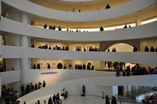 Vista del interior del Museo Guggenheim de Nueva York con las salas en rampa y en espiral.