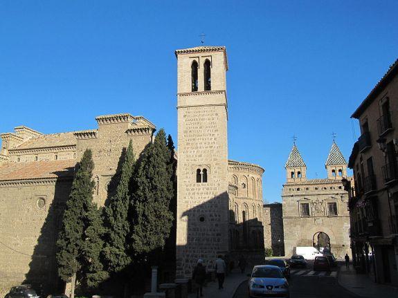 Iglesia de Santiago del Arrabal con la puerta de la Bisagra al fondo.