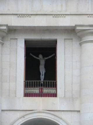Detalle del Cristo de Cellini visto desde el Patio de los Reyes.