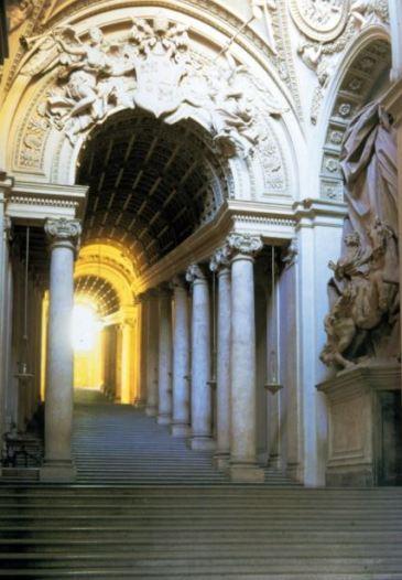Trucos escenográficos utilizó también en sus obras arquitectónicas y escultóricas como vemos en la Escalera Regia del Vaticano. Foto: Wikimedia Commons.