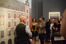 El propio pintor, Carlos Franco, explicando las mitologías que le inspiraron para realizar las pinturas murales de la Casa de la Panadería.