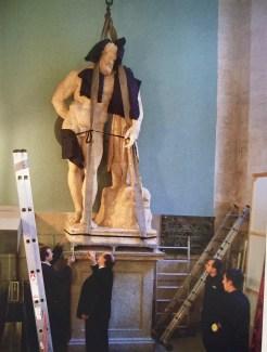 Restitución del Hércules a su peana tras la restauración. Foto: Catálogo de la exposición Velázquez, esculturas para el Alcázar, p. 290.