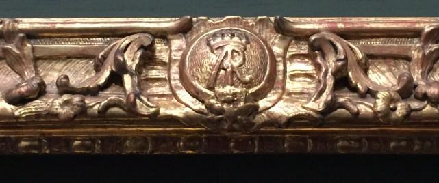 """Detalle del cartucho con las iniciales AR, """"Augustus Rex"""", en los marcos de la Gemäldegalerie de Dresde."""