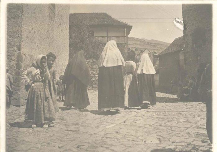 Joaquín Sorolla. Imagen de un grupo de mujeres ansotanas por las calles del pueblo con el traje típico para ir a la iglesia. Fuente: CER.ES
