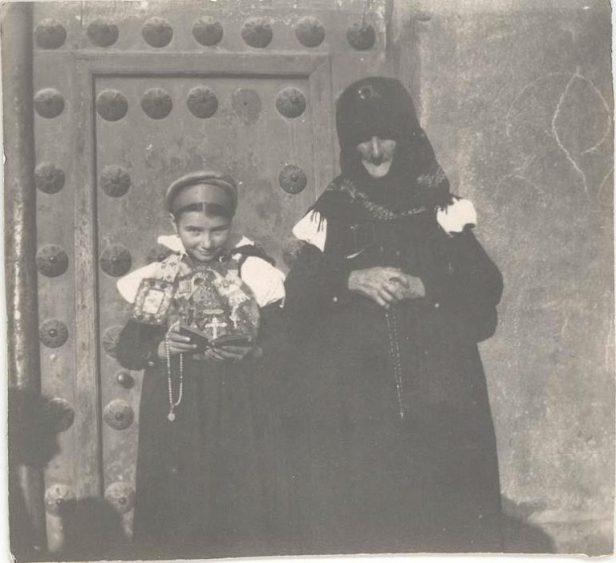 Imagen de una anciana y su nieta, del valle de Ansó, a la puerta del convento de las Descalzas Reales de Madrid. Fotografía: Museo Sorolla. Fuente: CER.ES