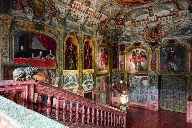 Vista de la escalera del Monasterio de las Descalzas Reales donde se aprecia la colocación de los ángeles y arcángeles. Foto: @realesitios