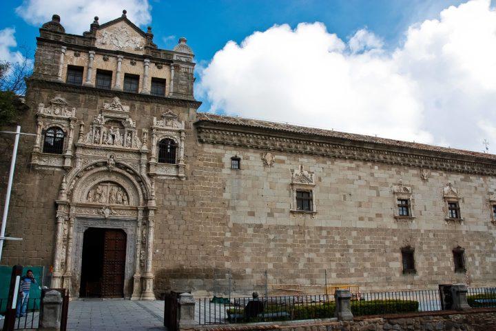 Fachada del Hospital de Santa Cruz de Toledo (en Wikimedia por D. Rovchak)