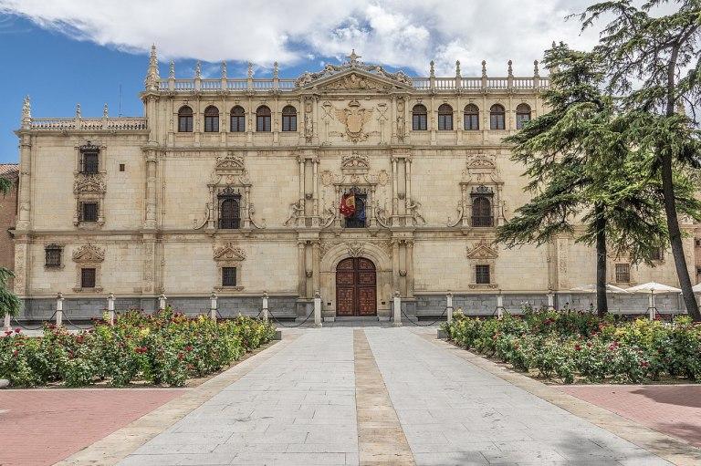 Fachada del Colegio de San Ildefonso, Alcalá de Henares, Rodrigo Gil de Hontañón, ca. 1543 (por FDV vía Wikimedia).