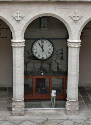 Detalle del Palacio de Santa Cruz en Valladolid: reloj del patio (por Galandil vía Wikimedia).