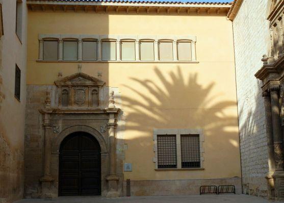 Fachada del Colegio de Sant Jordi y Sant Domènec en Tortosa (por Rparraval vía Wikimedia).