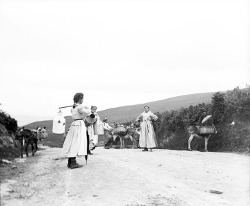 Lecheras del Txorierri en el camino de Santo Domingo. Hacia 1900. Eulalia Abaiuta. Museo Vasco de Bilbao