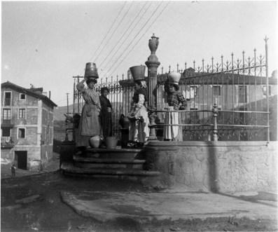 Eulalia Abaitua. En la fuente. 1905 Archivo del Museo Vasco de Bilbao