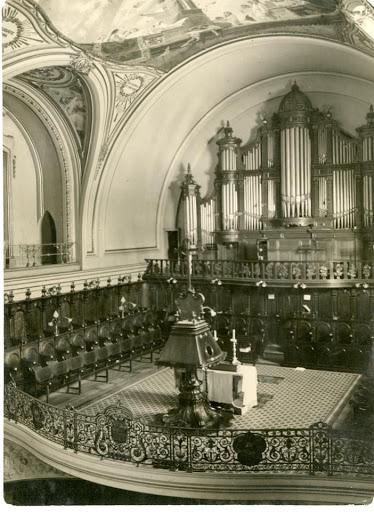 Vista del órgano de la basílica de San Francisco de Buenos Aires, en el que se aprecia un pedazo de las decoraciones realizadas por Julio Borrell -seguramente un Concierto de ángeles-, antes de la quema de 1955.