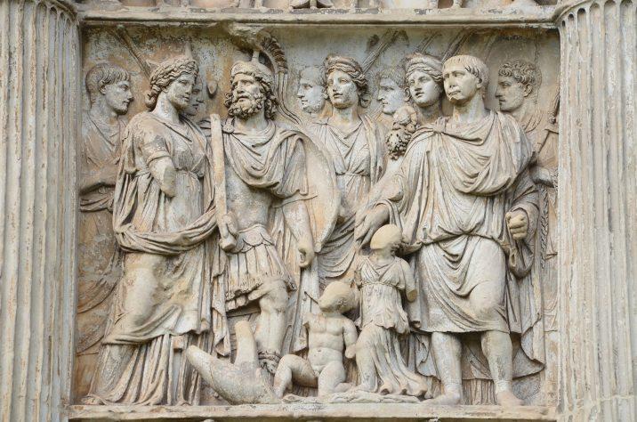 """Relieve de la Celebración de la """"Institutio Alimentaria"""" o """"La Alimentación Infantil"""" en el Arco de Trajano en Benevento. Foto: Wikimedia Commons."""