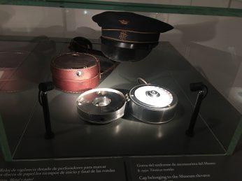 Reloj de vigilante y gorra de ascensorista ©Unsereno