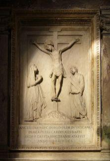 Mino da Fiesole. Crucifixión (proveniente del monumento funerario del papa Paulo II). Santa Balbina. Roma. Foto: wikipedia.