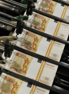 Banknotes on the conveyor, prepared for packaging at the Goznak factory in Perm - Speculations