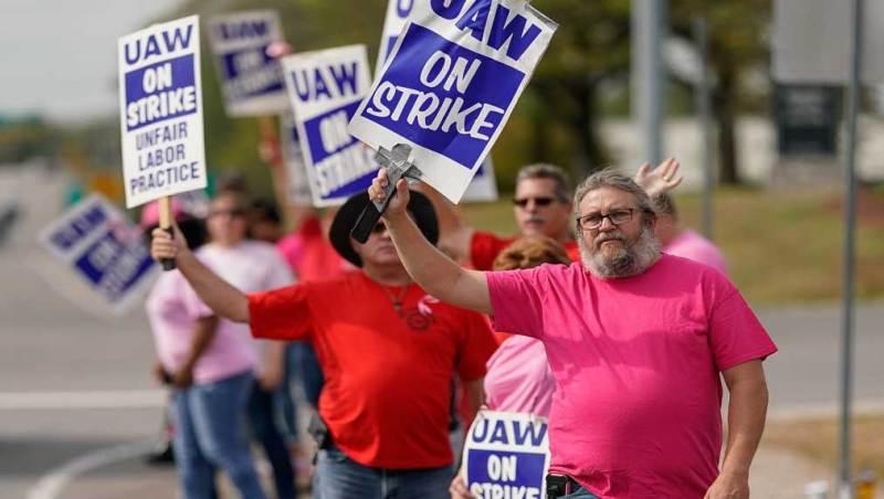 GM Stock Rises As General Motors, UAW Reach Tentative Labor Deal   Investor