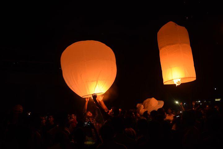 show delle lanterne in Thailandia