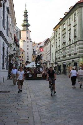Passeggiando lungo la via principale, il Korzo (Bratislava, Slovacchia)