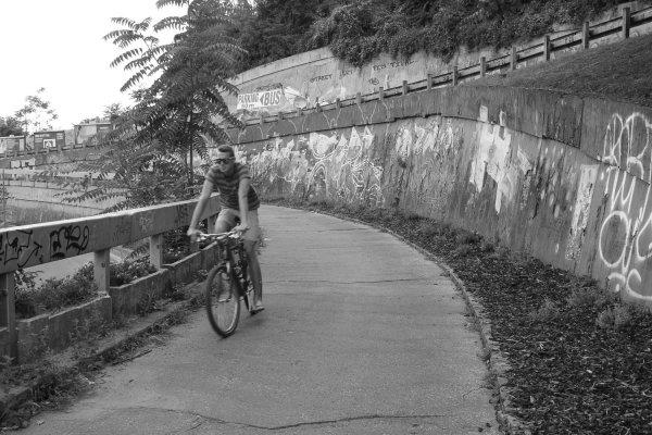 Scendendo in bici dal castello di Bratislava (Slovacchia)