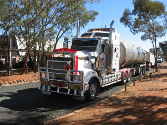 Viaggio in Australia, un road train in sosta al Desert Oaks Motel di Erldunda (Northern Territory)