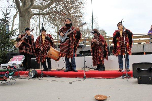 Viaggio a Parigi, band di artisti andini nei pressi della Tour Eiffel (Francia)