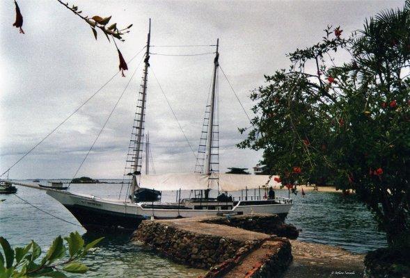 Viaggio in Brasile, goletta ormeggiata nella marina dell'isola di Itacuruçà