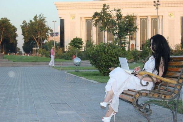 Ragazza in Amir Timur Maydoni Tashkent