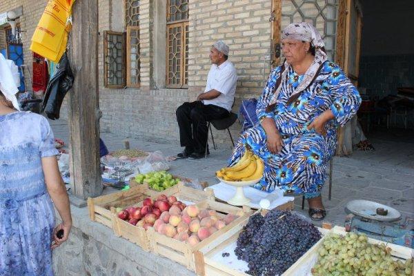 Venditrice di frutta e verdura a Bukhara in Uzbekistan