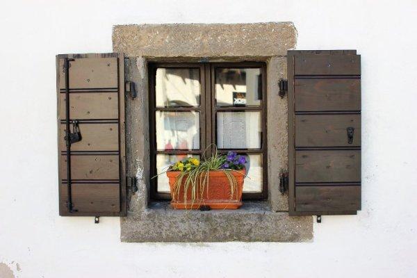 Una finestra con fioraia a Šmartno nel Brda in Slovenia