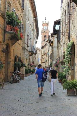 Passeggiata nei vicoli di Pienza in Toscana