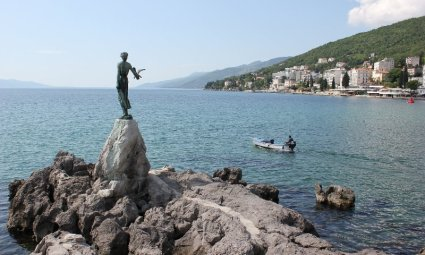 Ragazza con gabbiano Abbazia Croazia