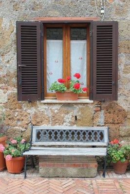 Finestra fiori Sovana Toscana